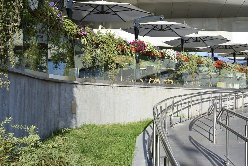 Ścieżki prowadzi lato taras uliczna kawiarnia w parku zdjęcie royalty free