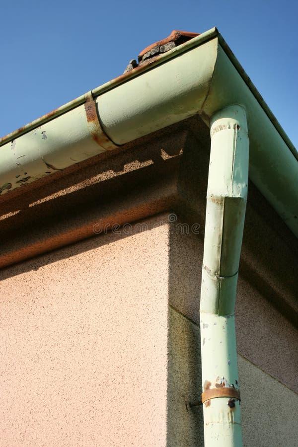 Ściek dachowy i blaszany fotografia stock