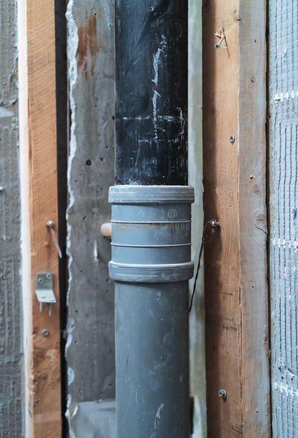 Ściek drymby inside stary sowiecki mieszkanie zdjęcia stock