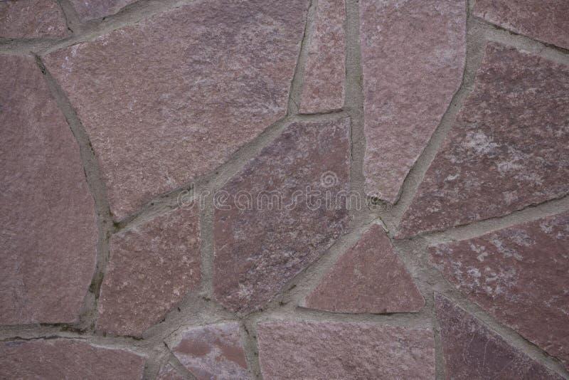 Ścienna kamienna mozaiki tekstura dla tła z różnymi skałami Brać daleko ulicę w chmurnej pogodzie zdjęcie stock