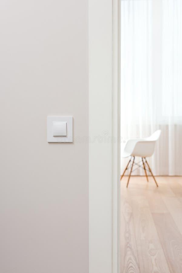 Ścienna zmiana w lekkim minimalistycznym wnętrzu Nowożytny, piękny, czysty mieszkanie, zdjęcia royalty free