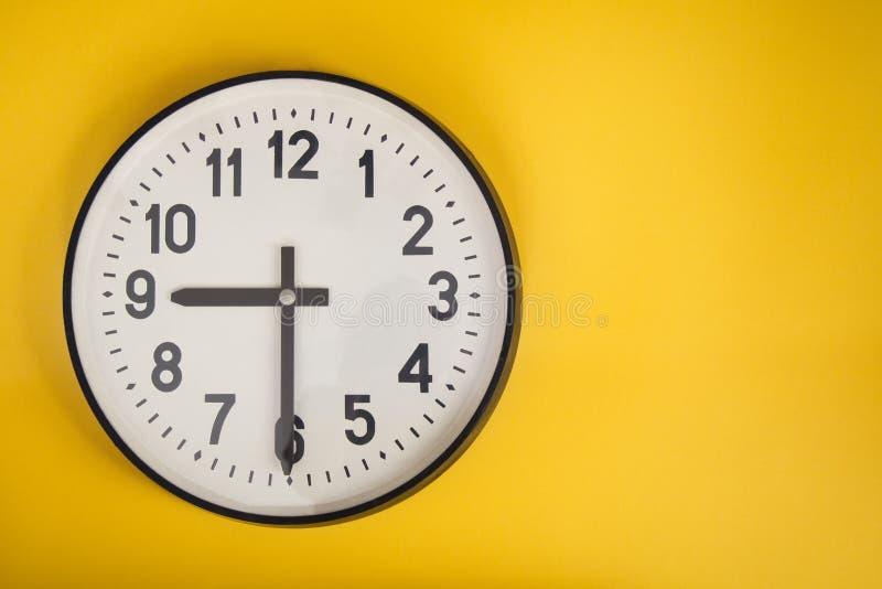 Ściennego zegaru jonu koloru żółtego tło miejsce tekst fotografia royalty free
