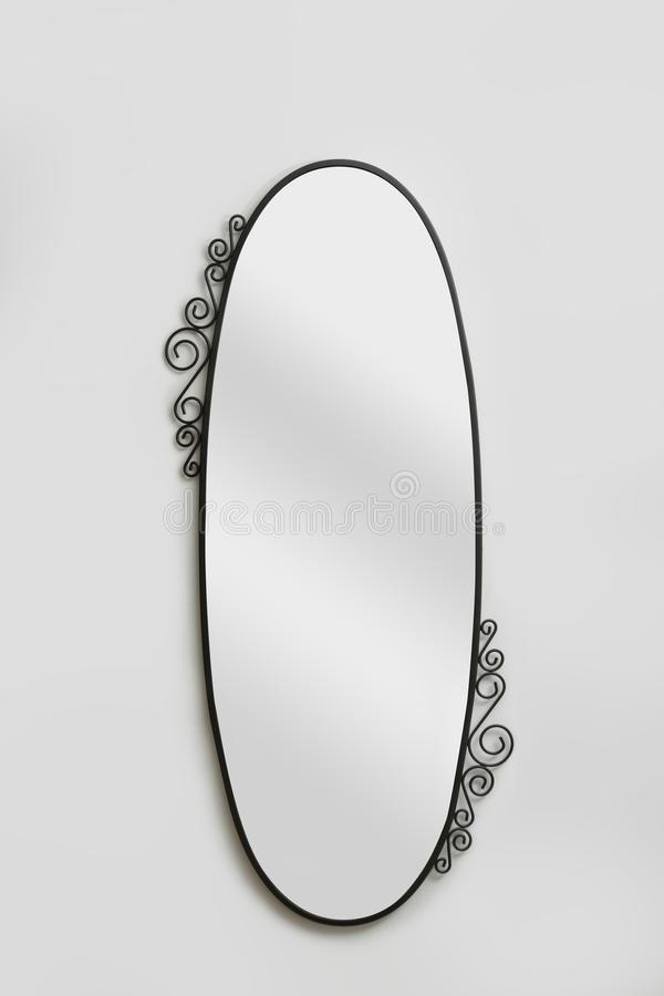Ścienny lustro odizolowywający na szarym tle zdjęcie royalty free