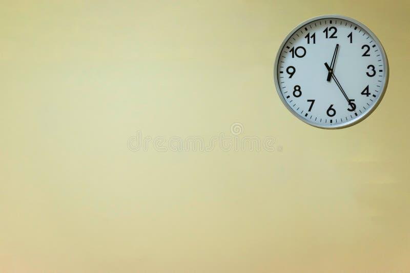 Ścienny zegar, pocztówkowy pojęcie lub tekst reklama, zdjęcia stock