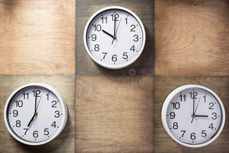 Ścienny zegar przy drewnianym tłem fotografia stock