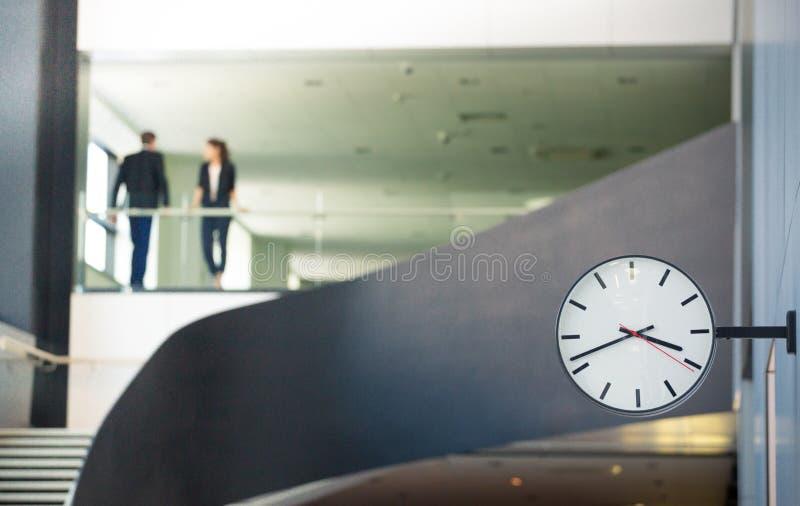 Ścienny zegar w lobby obrazy stock