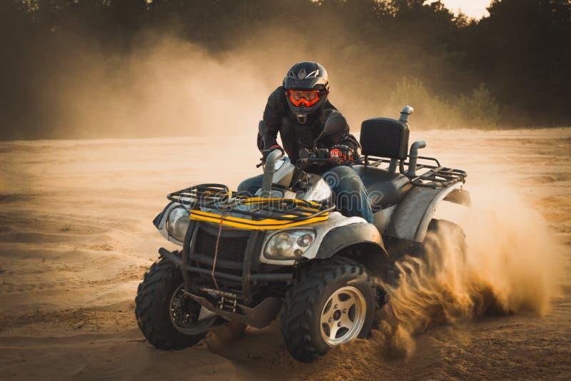Ścigać się ATV jest piaskiem fotografia stock
