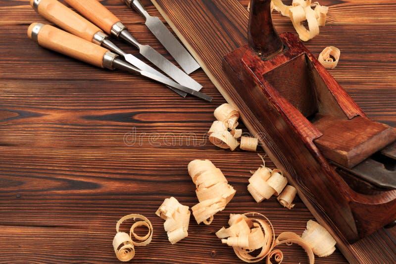 Ścinaki samolot i trociny na drewnianym stole zdjęcia stock