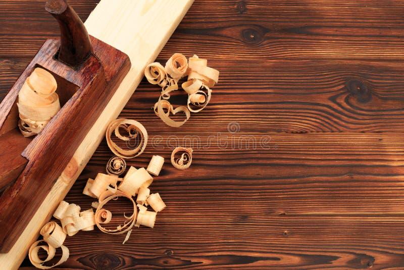 Ścinaki samolot i trociny na drewnianym stole obrazy royalty free