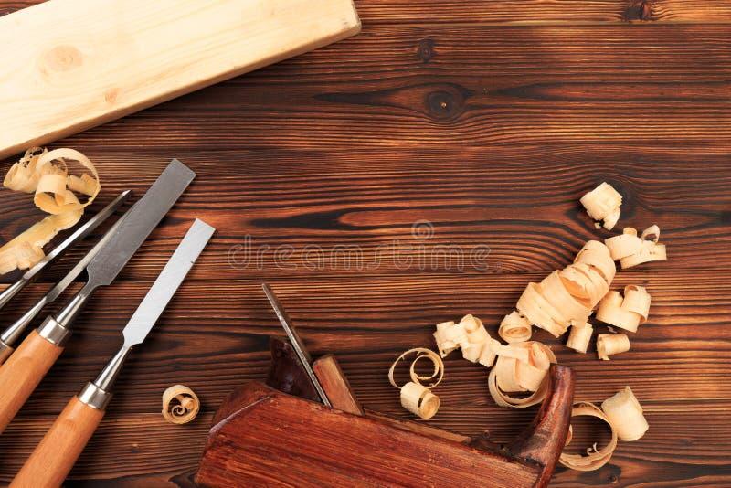 Ścinaki samolot i trociny na drewnianym stole obraz royalty free
