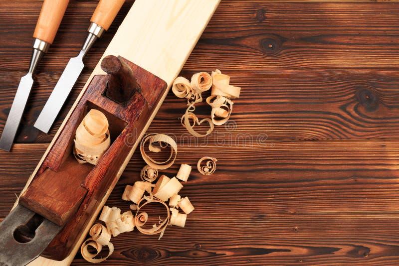 Ścinaki samolot i trociny na drewnianym stole zdjęcie stock