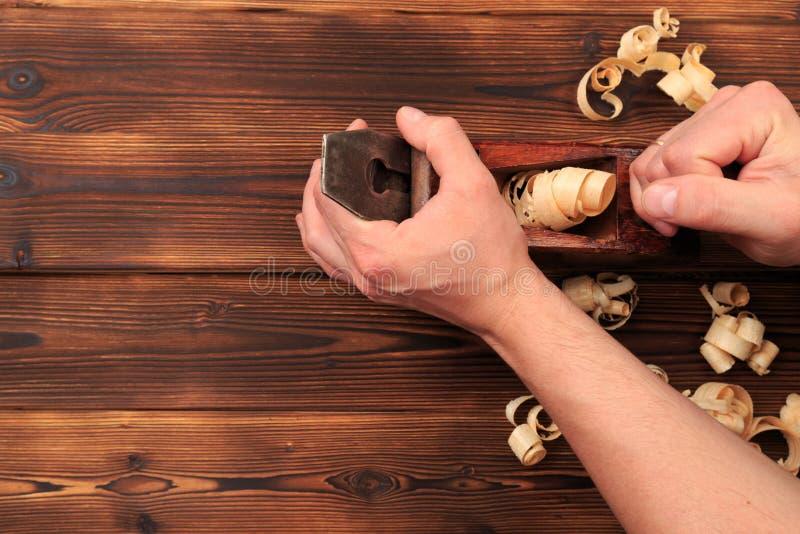 Ścinaki samolot i trociny na drewnianym stole zdjęcia royalty free
