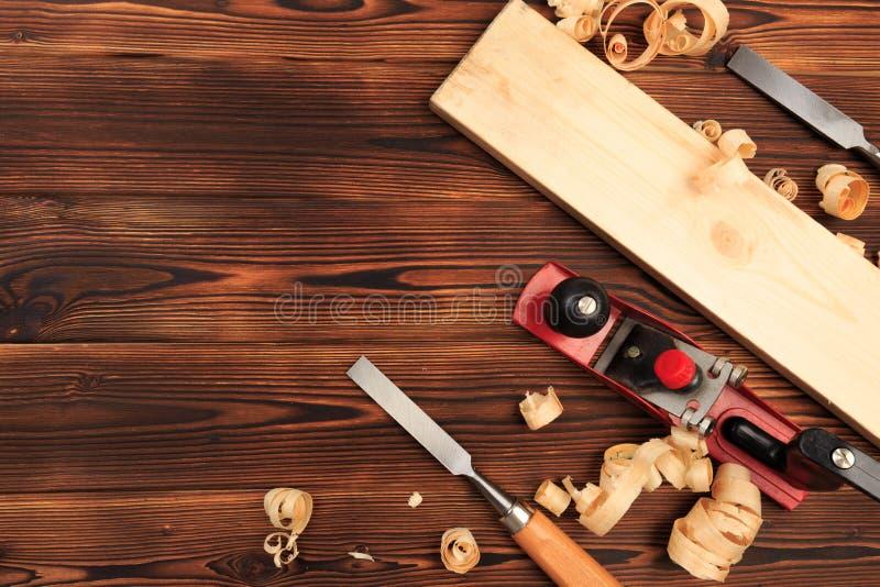 Ścinaki samolot i trociny na drewnianym stole obrazy stock