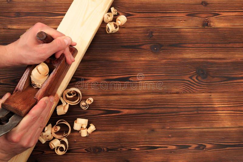 Ścinaki samolot i trociny na drewnianym stole fotografia royalty free