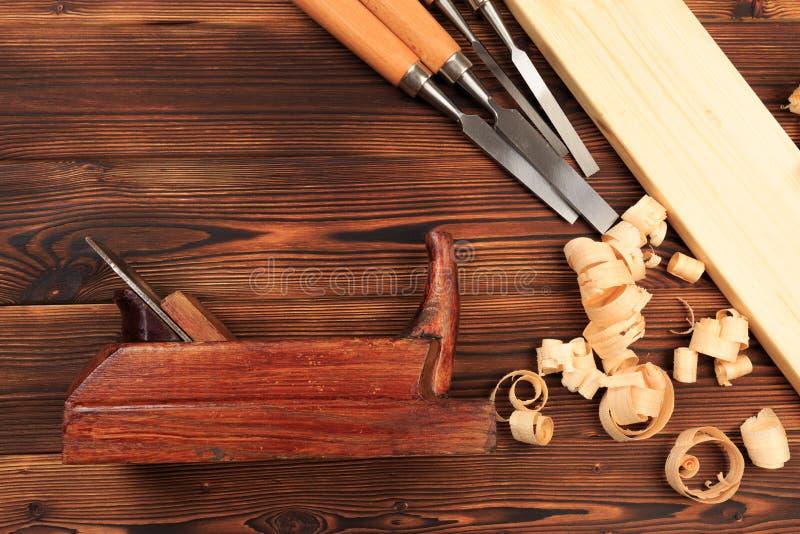 Ścinaki samolot i trociny na drewnianym stole zdjęcie royalty free