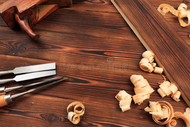 Ścinaki samolot i trociny na drewnianym stole obraz stock
