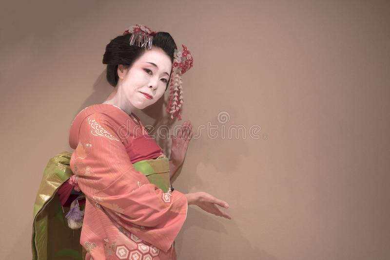 Ścinek gejszy maiko japońska dziewczyna w czerwonym kimonowym oczepionym włosianym br obraz stock