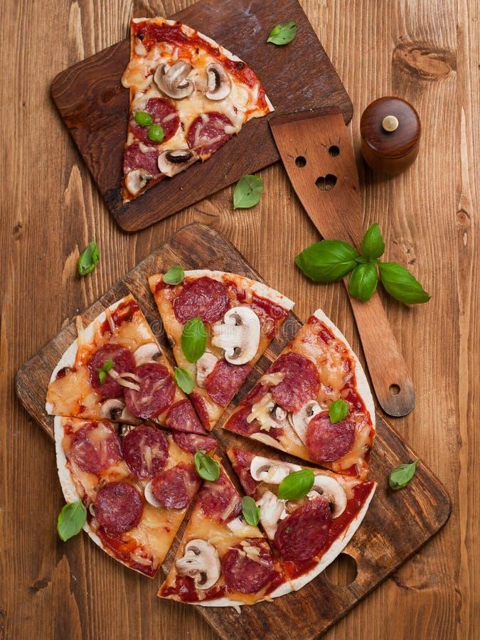ścinku podobieństwo ścieżki odseparowana pizza pepperoni zdjęcia stock