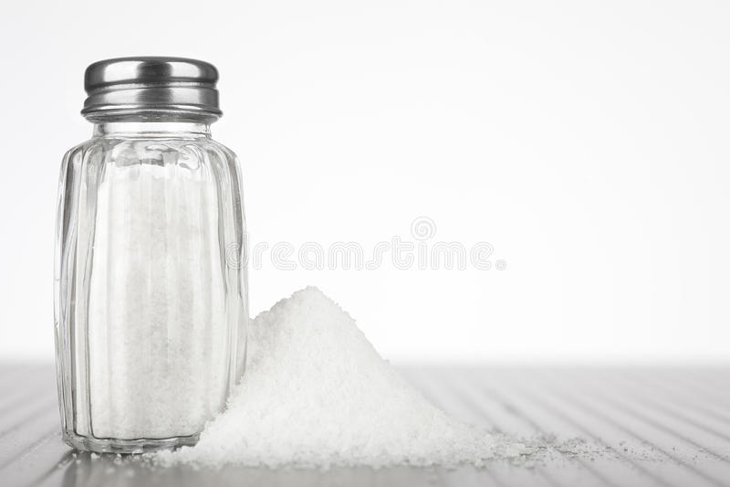 ścinku szklankę do ścieżki odizolowane sól white mieszadła obraz royalty free