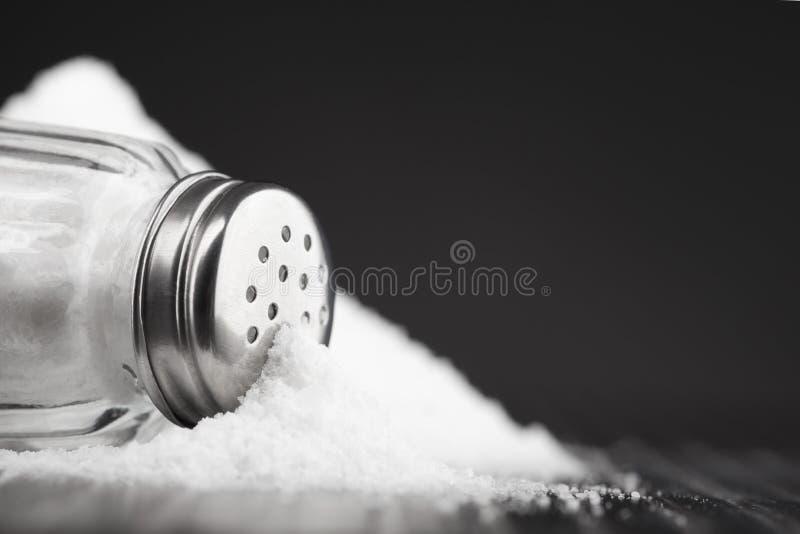 ścinku szklankę do ścieżki odizolowane sól white mieszadła fotografia stock