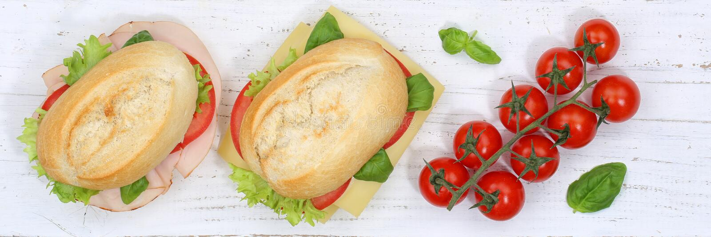 Ściska baguette z baleronem i serem od above sztandaru na woode zdjęcia stock
