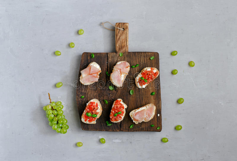 Ściska z pomidorami, koźlim serem i baleronem, fotografia royalty free