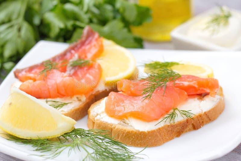 Ściska z uwędzonym łososiem, kremowym serem i cytryną, fotografia stock