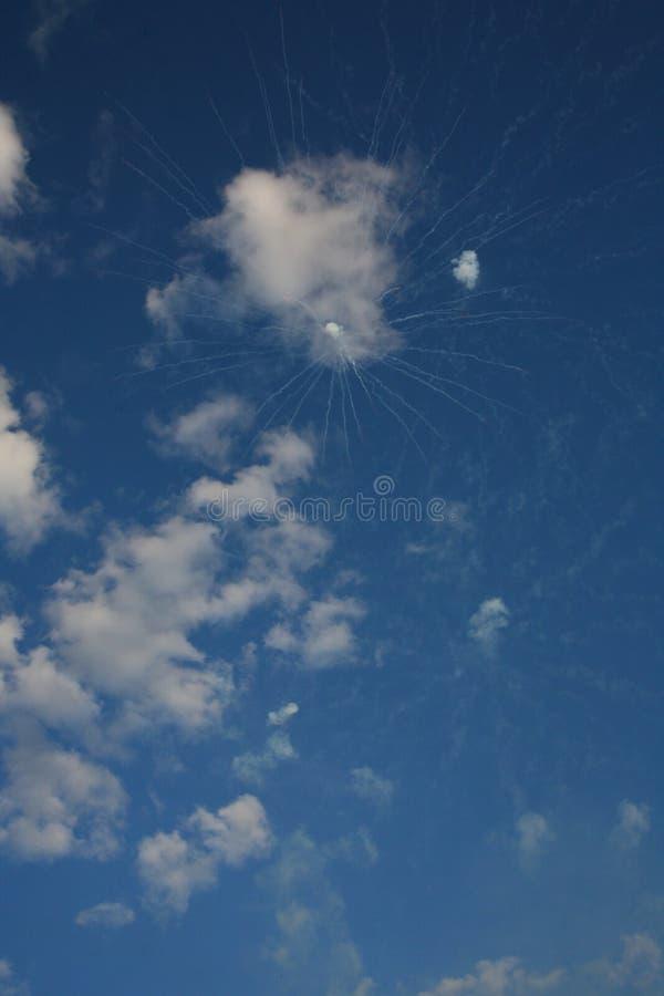 Ślad biali pirotechniczni fajerwerki wśród bielu chmurnieje w niebieskim niebie zdjęcia royalty free