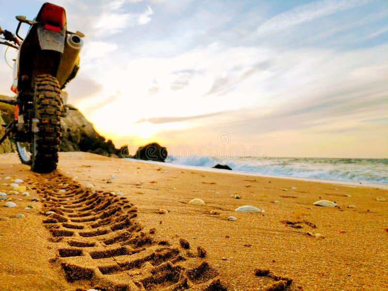 Ślad na piasku od opony stąpania obrazy stock