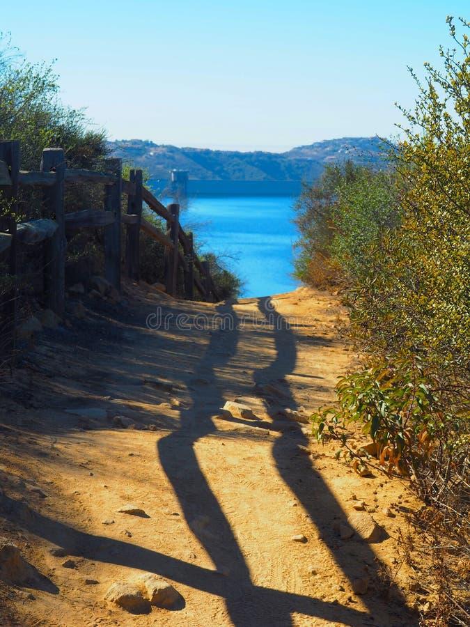 Ślad prowadzi górzysty jezioro fotografia royalty free