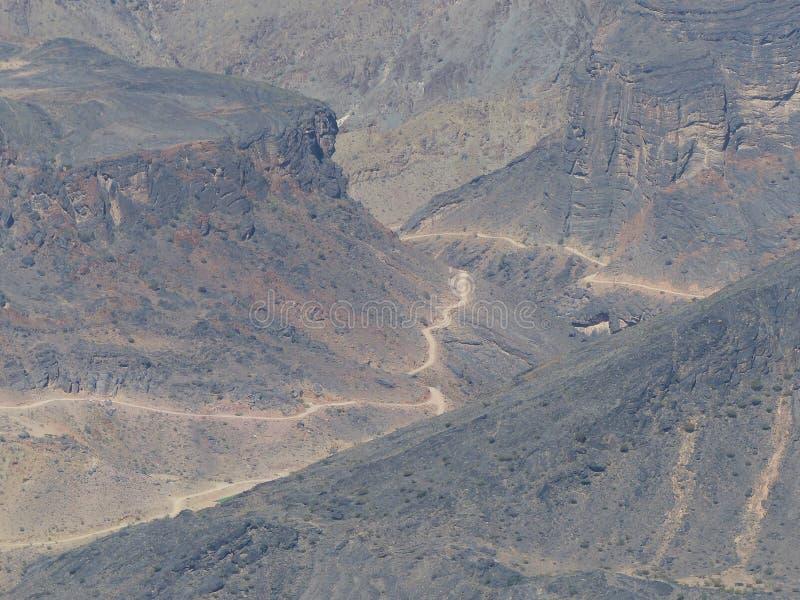 ?lad przez wadiego Bania Awf od Sharaf al Alamayn punkt widzenia, Kapeluszowe g?ry, Oman zdjęcia stock