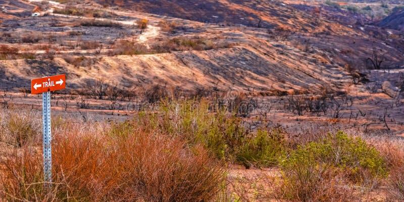 Śladu znak na wzgórzu niszczącym bzu ogieniem fotografia stock
