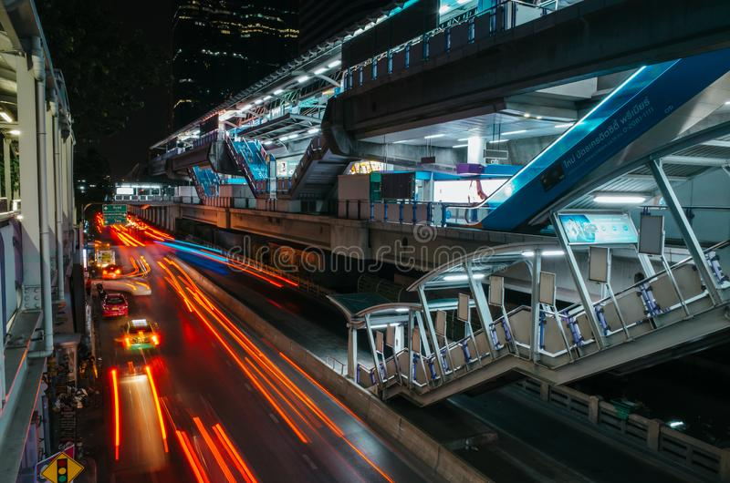 Ślady świetlne podświetleń ruchomych samochodów i stacji narciarskiej w nocy w Bangkoku, Tajlandia obrazy royalty free