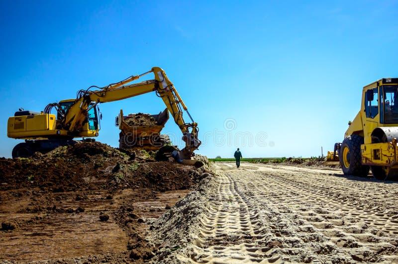 Ślady ogromnego walca drogowego z rowkami do gruntów zwartych na budowie zdjęcie royalty free