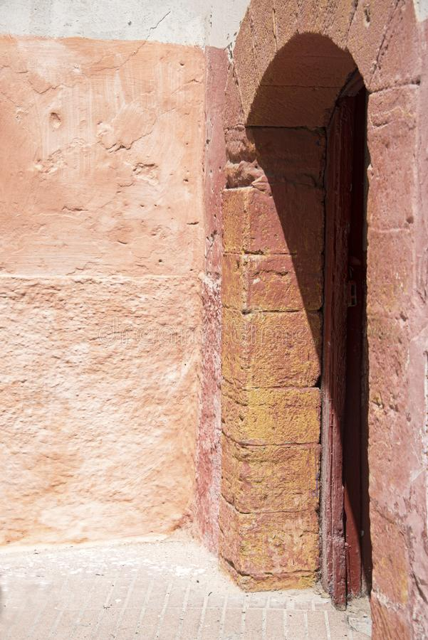 Śledzony kamień obramiał drzwi prowadzi od Souk w Essaouira, Maroko fotografia royalty free