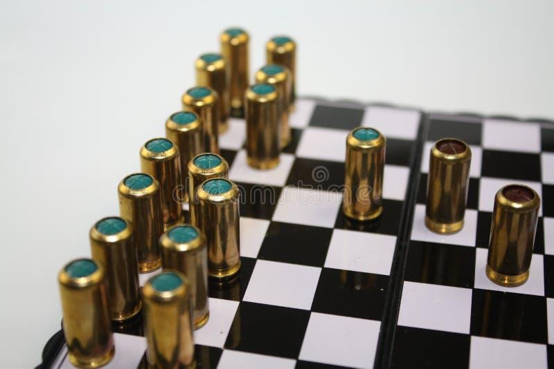 Ślepi pociski na chessboard jak czarny i biały szachowi kawałki i gazuje fotografia stock
