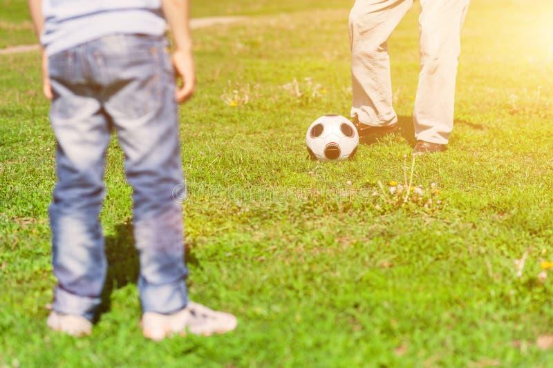 Śliczna życzliwa rodzina bawić się futbol outdoors obraz royalty free