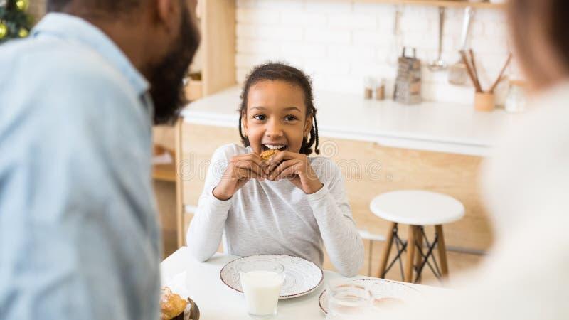 Śliczna afro dziewczyna woli ciastka zamiast mleka dla śniadania zdjęcia stock