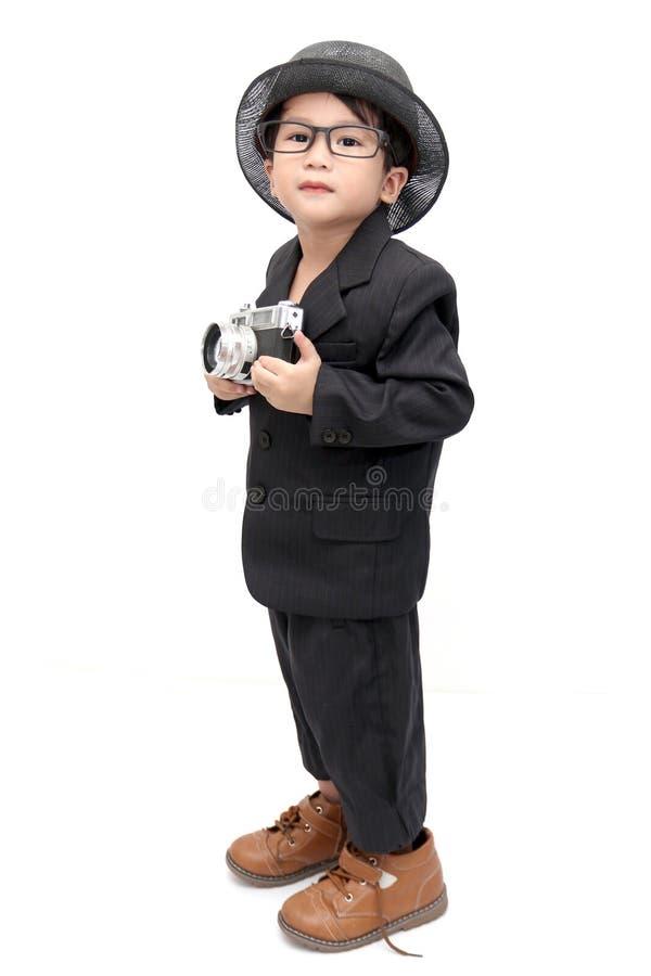 Śliczna azjatykcia chłopiec z rocznik kamerą obrazy stock