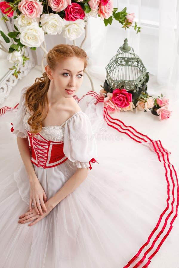 Śliczna balerina i bukiety kwiaty obraz stock