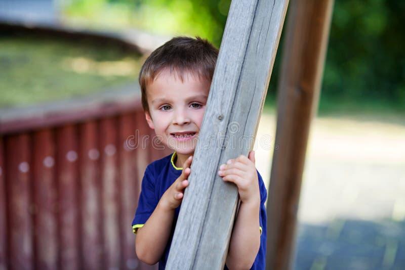 Download Śliczna Berbeć Chłopiec, Bawić Się Na Boisku Obraz Stock - Obraz złożonej z błękitny, chłopiec: 57650605