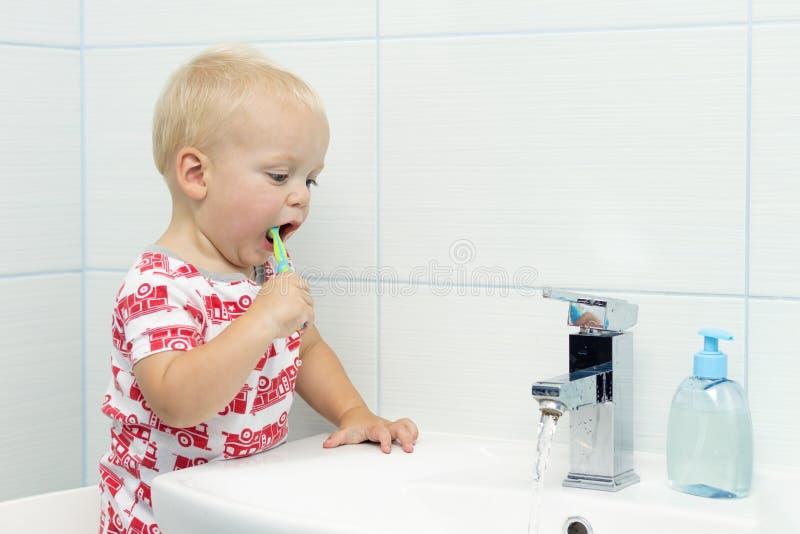 Śliczna berbeć chłopiec szczotkuje zęby Zęby czyści, stomatologiczna opieka urocza chłopiec myje up zdjęcie stock
