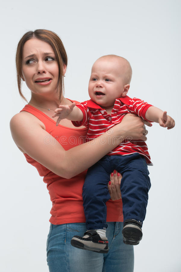 Śliczna berbeć chłopiec z mom€™ zdjęcie stock