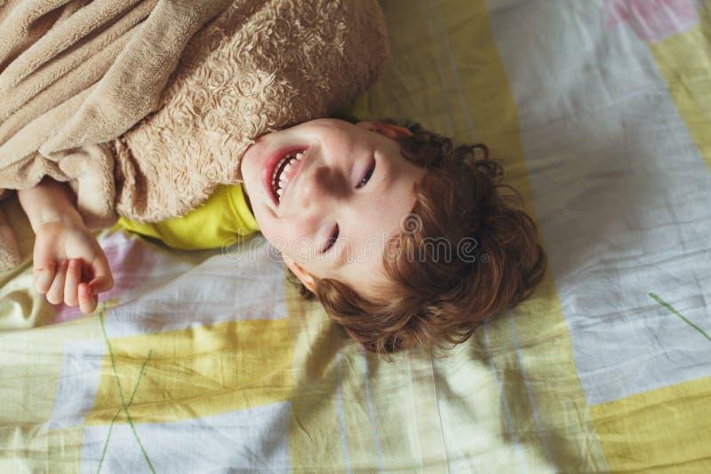 Śliczna berbeć chłopiec z słodkim pięknym dużym uśmiechem obrazy stock