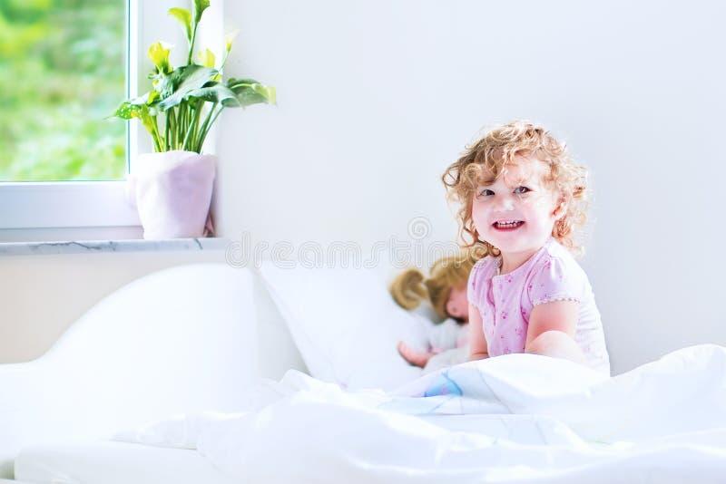 Śliczna berbeć dziewczyna budzi się up obrazy royalty free