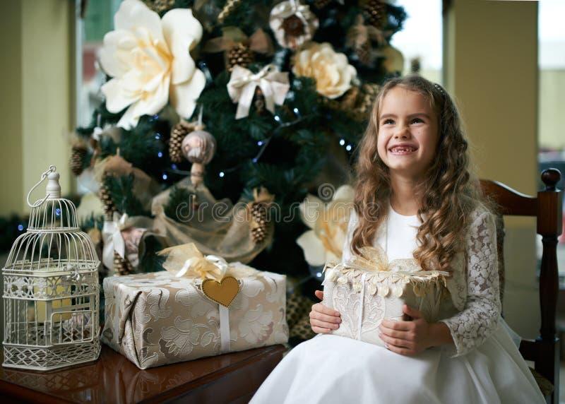 Śliczna bezzębna dziewczyna raduje się prezent dla bożych narodzeń zdjęcie royalty free