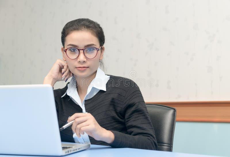 Śliczna biznesowa kobieta z komputerem w biurze fotografia royalty free