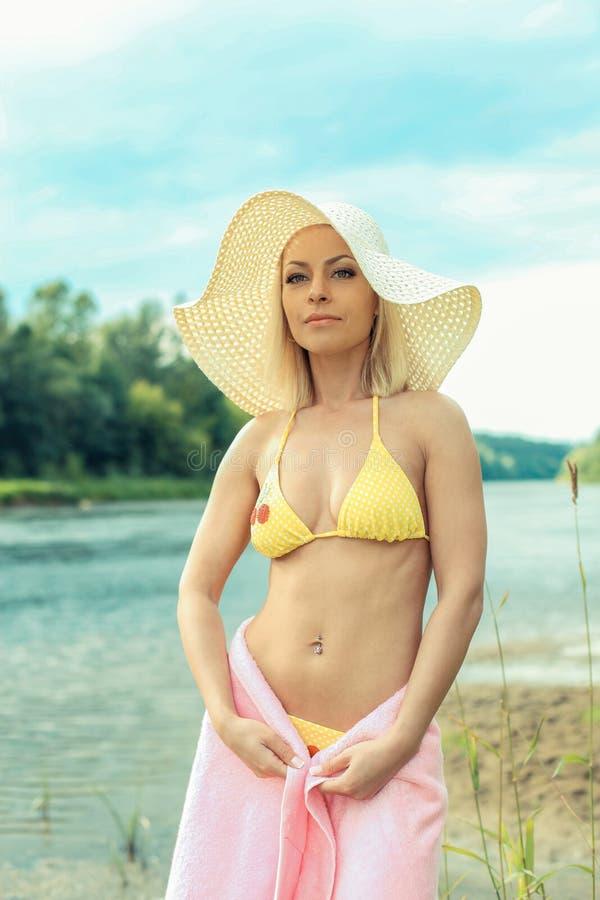 Śliczna blond dziewczyna w bikini i kapeluszu obraz stock