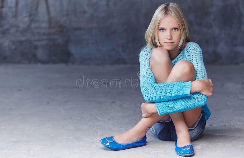 Śliczna blond dziewczyna w lazurowy clotning obraz royalty free