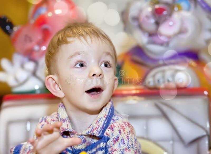 Śliczna blondynki chłopiec na przejażdżkach obraz royalty free